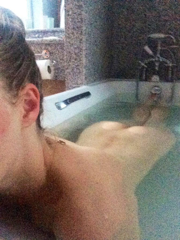 Amanda Seyfried Nude Fappening in tub