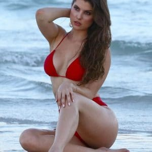 Amanda Cerny pose