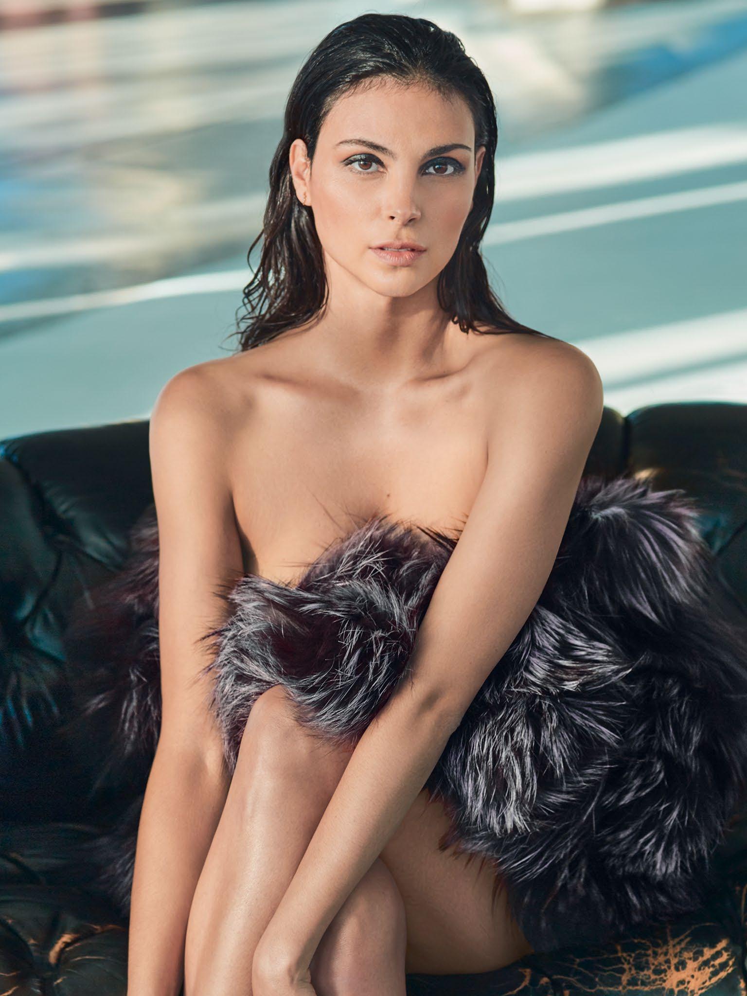 Morena Baccarin boobs show