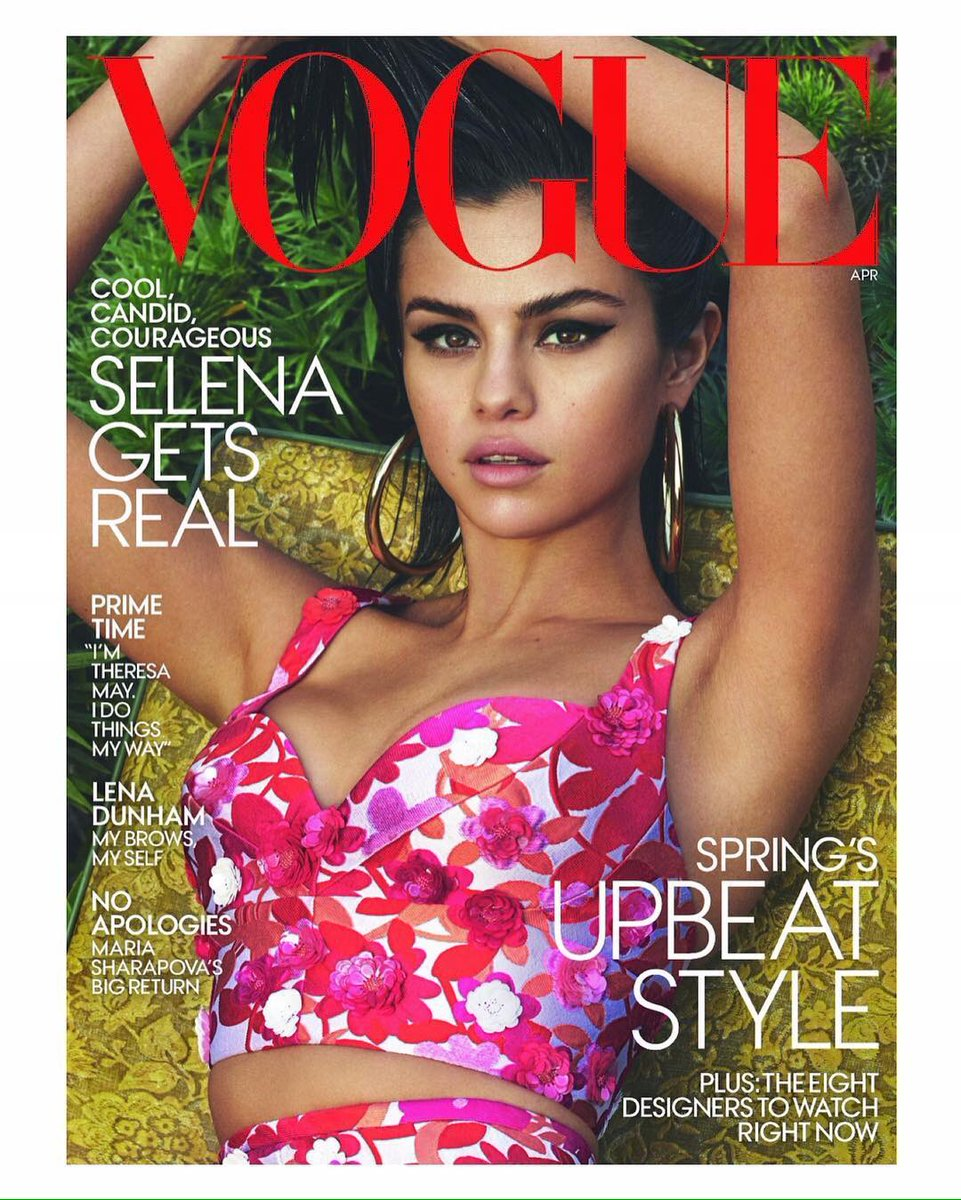 Selena Gomez pose