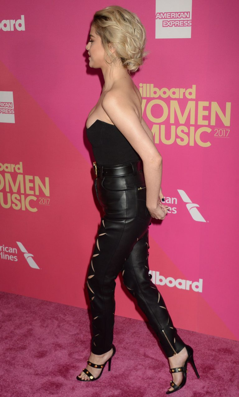 Selena Gomez side titties