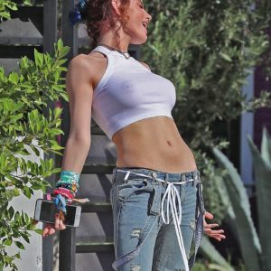 Bella Thorne pussy showing