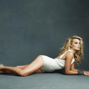 Margot Robbie pose