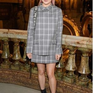 Maisie Williams braless